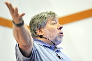 Apple-co-founder-shared-his-opinion-about-Galaxy-Gear-and-Glass-i-look.net