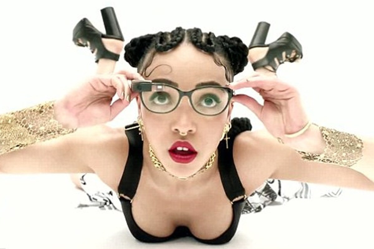 Flamboyant-singer-FKA-twigs-uses-Google-Glass-in-her-video