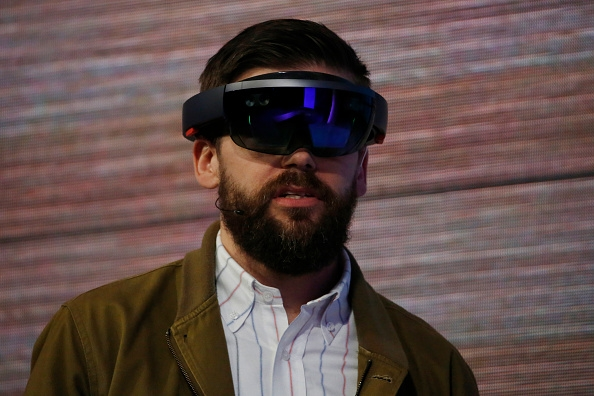 Microsoft-HoloLens-release-after-Windows-10-start-priced-over-$400
