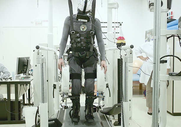 Virtual-reality-and-exoskeletons-help-disabled-walk1