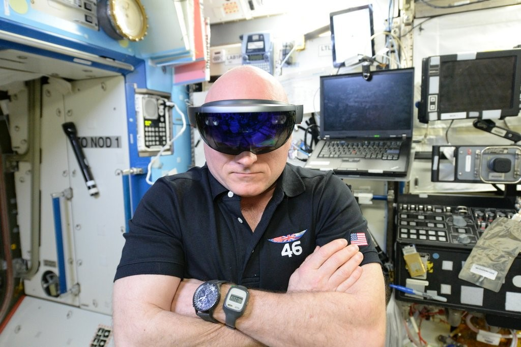 microsoft-hololens-in-space